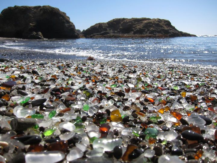 La plage de verre en Californie, Etats-Unis                              …