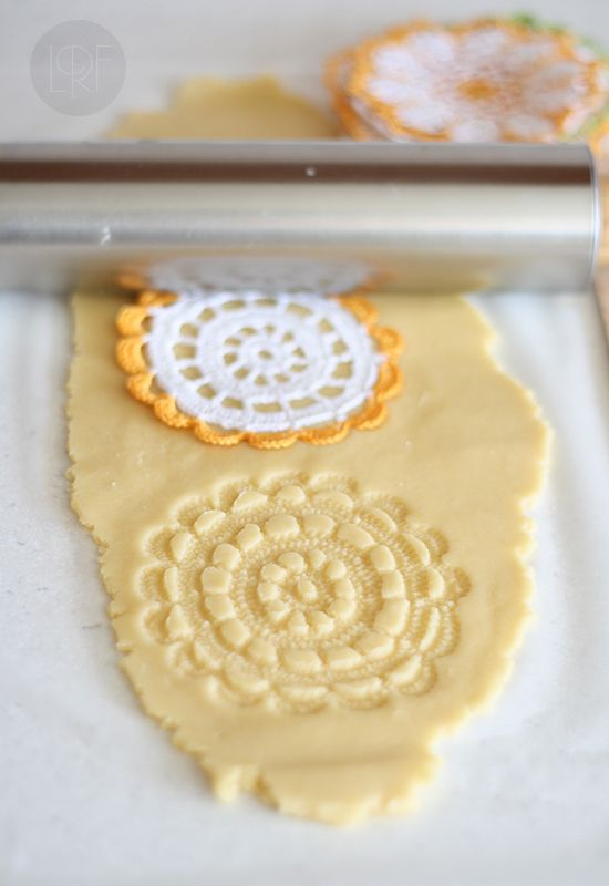 GALLETAS GRABADAS:400 g de harina-125 g de azúcar glas-200 g de mantequilla fría-1 huevo-1 pizca de sal. Mezclar todos lo ingredientes, estirar entre dos papeles de hornear dejándolas de 3mm,grabar y reposar 2h en el frigo o 1/2h en el conge recortamos y volvemos al conge 15´.Horneamos a 170º 10´ R5´y rejilla. http://www.larecetadelafelicidad.com/2012/11/galletas-de-mantequilla-grabadas.html