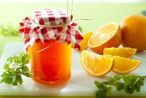 1 kg chemicky neošetřených (bio) pomerančů s tlustou kůrou (popř. řádně umytých pod proudem horké vody), 1 a 1/2 kg želírovacího cukru