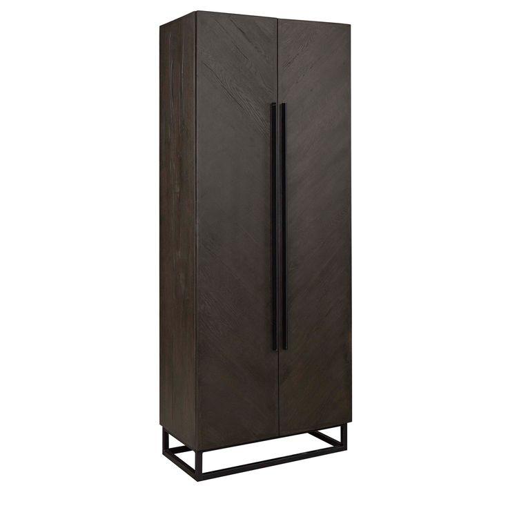 Klädskåp tillverkat i rustik ek, behandlad i en mörkare nyans för att få ett återvunnet utseende, ramarna består av nytt trä medan dörrarna är tillverkade av
