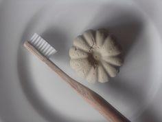 Dentifrice solide ZERO DECHET et vegan : 10g d'argile verte en poudre 30g de carbonate de calcium 20g de SCI 10g d'huile de coco 40 gouttes d'HE (menthe)