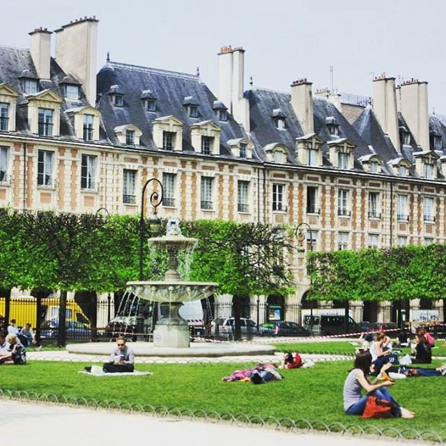 🇫🇷 Place des Vosges. Loved seeing this square in real life. Was in awe of its colours and its beauty 😍 #melbournelifelovetravel #paris #placedesvosges #vibrant #square #heritagebuildings #marais #3rdarrondissement #4tharrondissement #lemarais #visitparis #garden #greenery #timetochill #relaxing