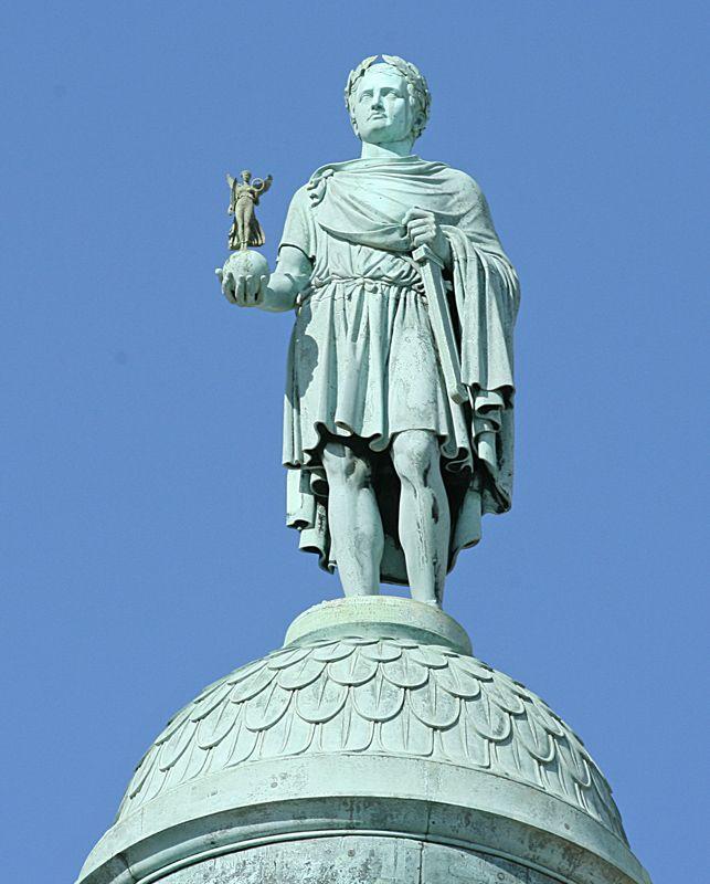 Скульптор А.-Д. Шодэ водрузил статую Бонапарта в образе Цезаря в римской тоге на вершину Вандомской колонны.