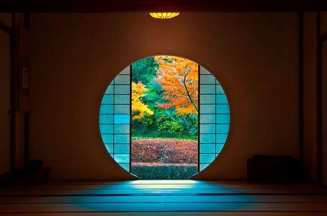 丸窓から覗く幻想的な世界。鎌倉「明月院」の紅葉の美しさに心奪われる | RETRIP