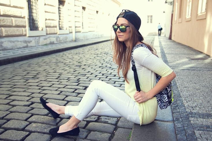 One of the first outfits on my blog - street style all white outfit, wearing mirror Raybans, Aldo suede leather slip-ons, Sinsay black&white backpack, Rip Curl snapback and yellow gradient top