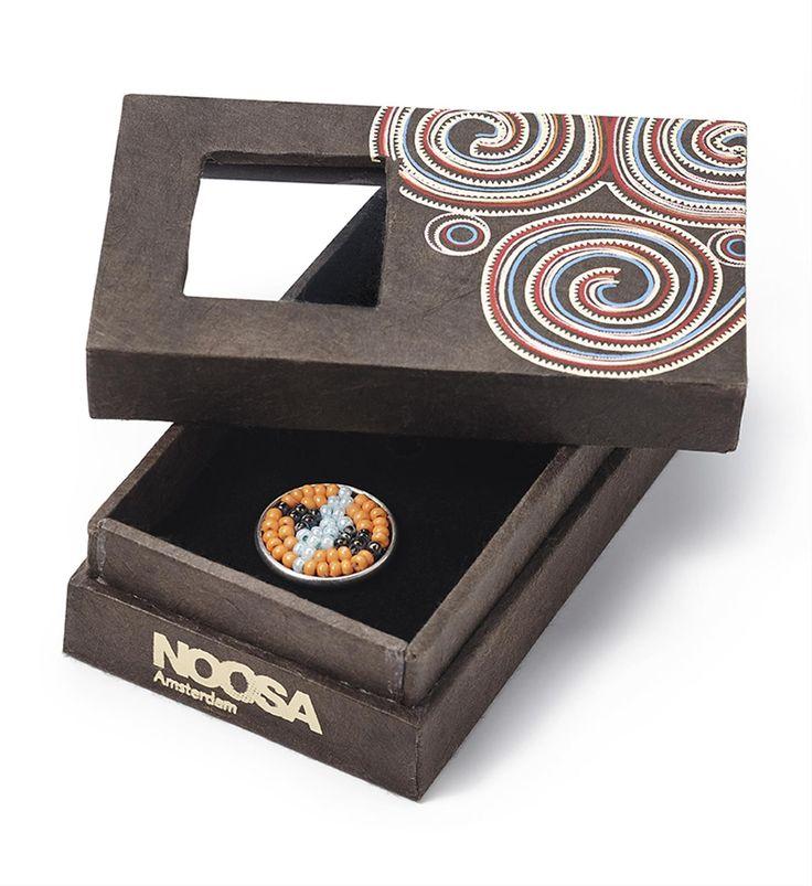 NIEUW! Noosa Amsterdam Pure Chunk Tribal in giftbox in 5 varianten - Afrikaanse tribal sieraden, gemaakt van kralen, staan symbool voor creativiteit, schoonheid en welvaart. Elke kraal en elke kleur draagt haar eigen symbool: geel staat voor geluk, rood voor kracht, blauw weerspiegelt de hemel, bruin de aarde en oranje de zon. Traditionele masai sieraden zijn een statussymbool voor creativiteit, schoonheid en welvaart. De kraaltjes worden met de hand gemaakt - NummerZestien.eu