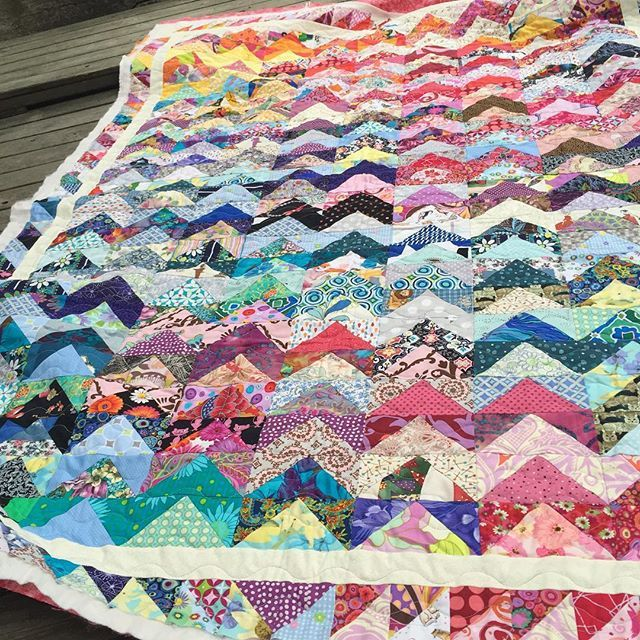 The #flyinggeesequilt is now quilted - thank you @soilekivinen !! Needs a name…