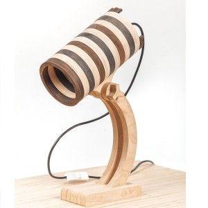 Lampa Rela ze sklejki, zaprojektowana przez projektanta Levarek. Ciekawe wykończenie lampy Rela zawdzięczamy bejcowanym elementom abażuru.