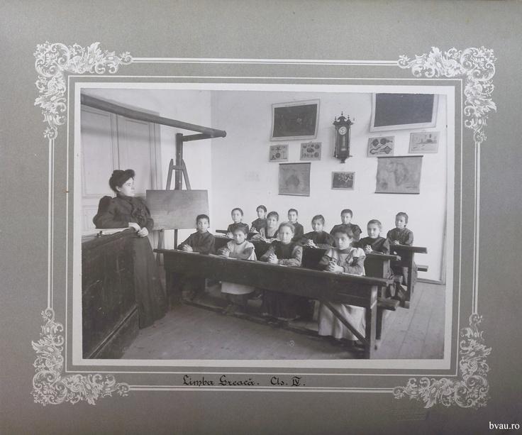 """Şcoala de fete - Limba greacă cls. IV, Galati, Romania, anul 1906, http://stone.bvau.ro:8282/greenstone/collect/fotograf/index/assoc/Jdir003.dir/Pag03_Limba_greaca_cls_IV.jpg.  Imagine din colecţiile Bibliotecii Judeţene """"V.A. Urechia"""" Galaţi."""