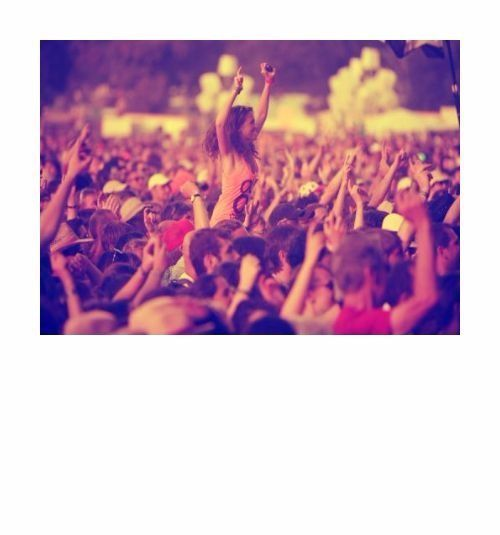Créé en 1992 le Festival des Vieilles Charrues est devenu l'un des plus grands festivals européens. Environ 250 000 spectateurs viennent vibrer chaque été mi-juillet au coeur de la Bretagne au son d'une programmation éclectique et colorée mariant tous genres de musique du rock au hip-hop en passant par les musiques du monde et même l'opéra. Tous les ans le Festival des Vieilles Charrues réussit à réunir têtes d'affiches internationales et découvertes au cours de 4 jours de fête. Des…