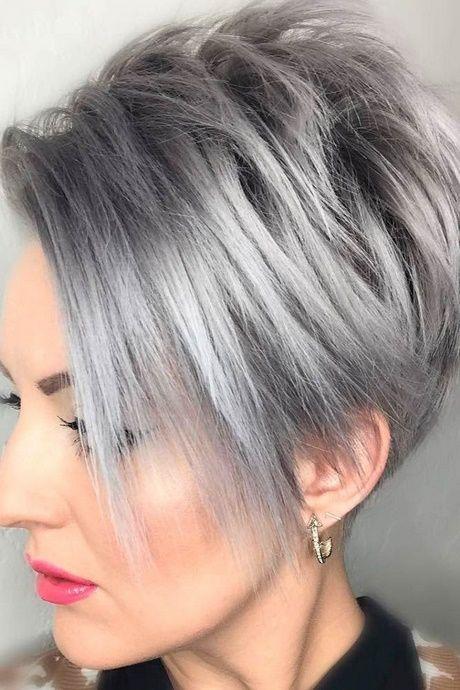 Coiffure courte cheveux gris femme