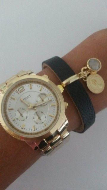 Ons gouden Michael Kors look a like horloge op een classy manier gecombineerd met een zwarte leren armband,