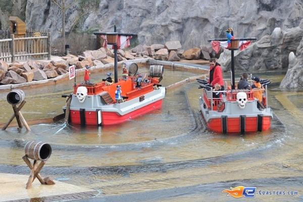 4/11 | Photo de l'attraction Kapt'n Nicks Piratenschlacht située à Legoland Deutschland (Allemagne). Plus d'information sur notre site http://www.e-coasters.com !! Tous les meilleurs Parcs d'Attractions sur un seul site web !!