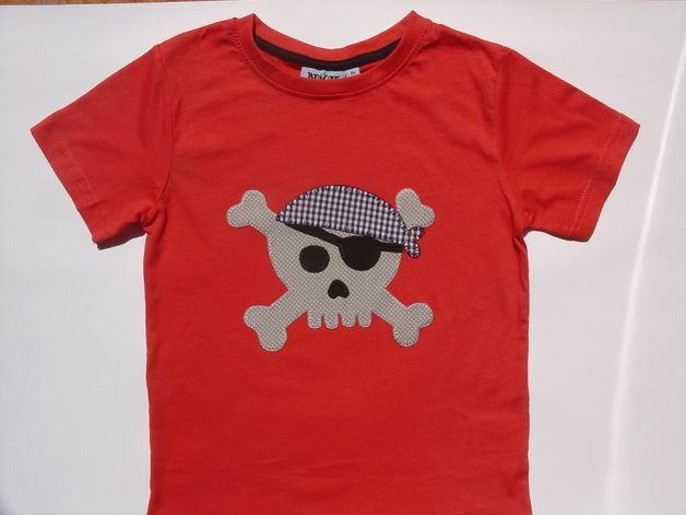Camisetas - Camiseta con calavera pirata - hecho a mano por Lacasitadecaperucita en DaWanda