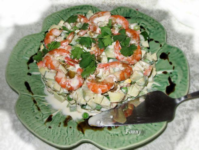 Ингредиенты:  авокадо — 1 шт. огурец малосольный — 1 шт. огурец свежий — 1 шт. яблоко — 1 шт. яйца — 2 шт. горошек зеленый — 100г креветки — 300г майонез — 50г сливки 33% — 75г хрен (факультативно) — на кончике ножа соус гранатовый «наршараб» — 15г зелень (петрушка, кинза) соль, перец