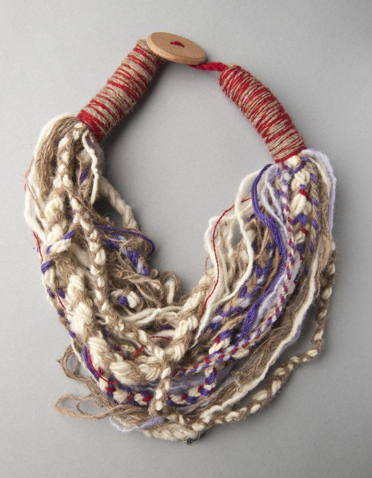Idee creative nella fotogallery per realizzare collane fatte a mano di lana con i ferri, l'uncinetto e tecniche miste per creare bijoux con la lana.Alcune collane sono state create con i ferri o all'