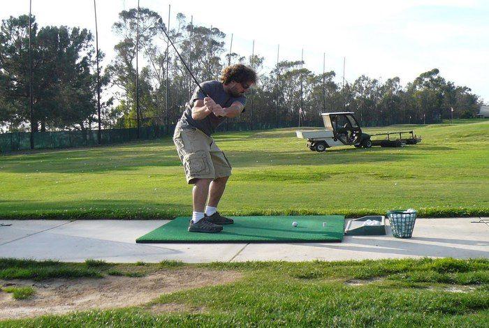 Mais pourquoi les golfeurs visent le ramasseur de balles au practice ???(Cliquez sur le lien pour en savoir +) à partager sans modération. #practice #golf #Golf #pourquoi