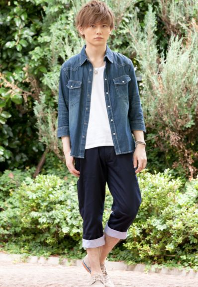 夏の高校生メンズ向けおしゃれでかっこいい全身コーデまとめ | メンズ ... 七分袖デニムウエスタンシャツ×Uネック半袖T×ベルト付きクロップドパンツ