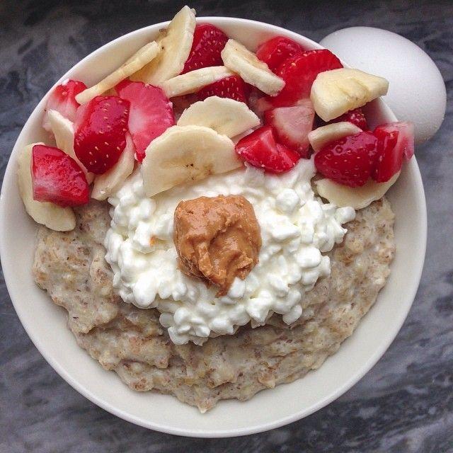 Saturday breakfast after morning cardioemojiA big bowl with vanilla white choc proats, cc, pb, strawberries & banana + an egg