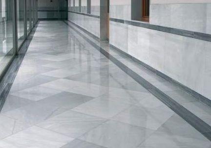 Suelo de vivienda baldosas rectangulares de m rmol blanco - Suelos imitacion marmol ...