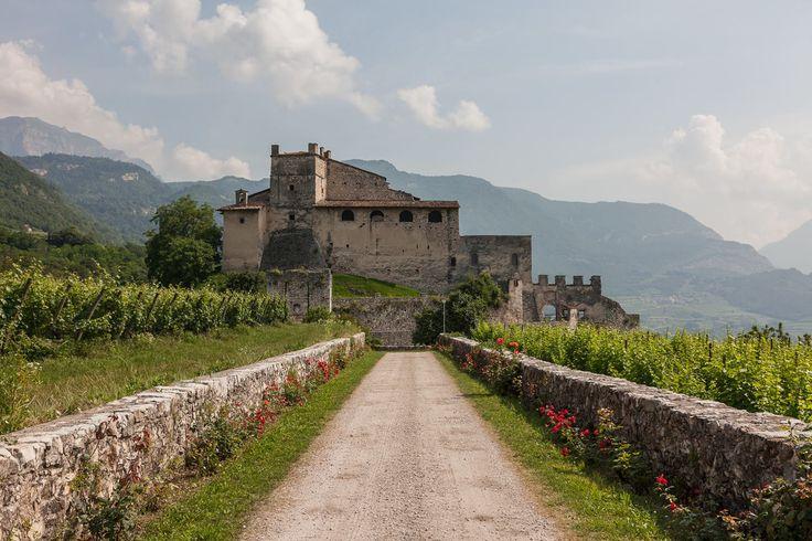CASTEL NOARNA Situato a Noarna di Nogaredo, a pochi passi dalla Distilleria Marzadro, il castello è noto anche per un famoso processo alle streghe.