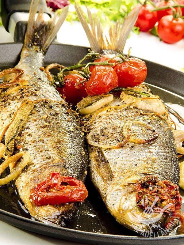 Il Branzino con mandorle e pomodorini è un piatto meridionale, che porta in tavola il sapore del mare con tutti gli aromi delle regioni assolate del Sud. #branzinoconmandorle