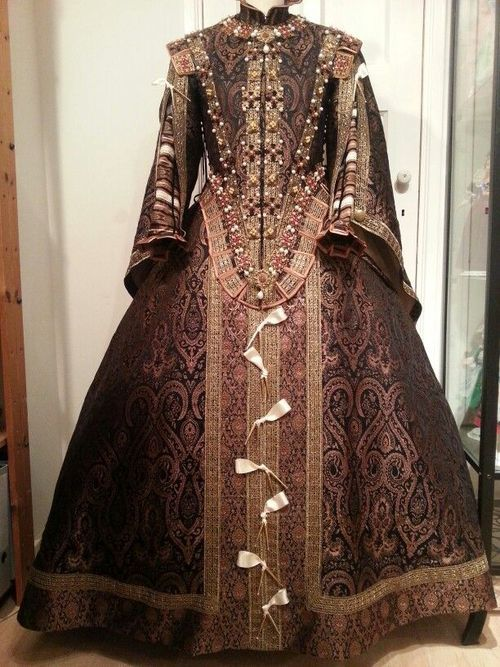 Late Elizabethan Gown