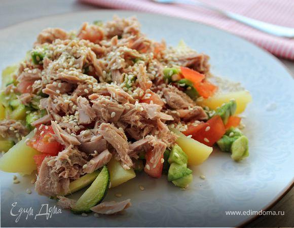 Теплый салат с тунцом на овощной подушке. Ингредиенты: тунец консервированный, цукини, помидоры