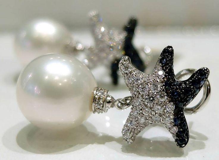 A Natale regala un gioiello di Classe! Diamanti a taglio brillante e zaffiri blu, montati sulla Stella in oro bianco 18 kt. abbinati con eleganza alle Perle Australiane.