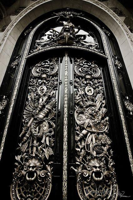 Esta es la gran puerta del Centro Naval. El edificio está ubicado en pleno microcentro de Buenos Aires, sobre la avenida Callao y Florida. Construido en 1914 según el proyecto de los arquitectos Dunant y Gastón Mallet. De estilo francés Beaux Arts, imponente puerta de hierro y bronce, adornada con esculturas evocando las fuerzas navales.