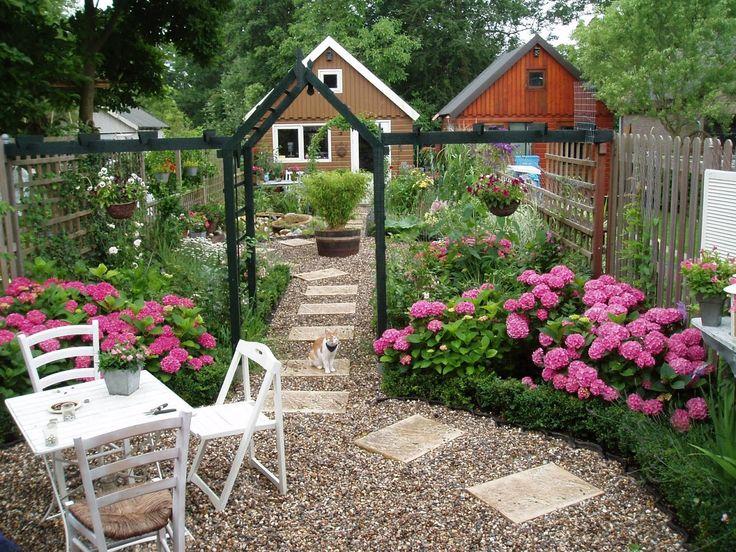 Ik moet nog een Hortensia planten in het gat. Ik had me vergist en er een witte geplaatst. Stom he! Heb trouwens besluit genomen: In de regenton komt een blauwe regen gesnoeid in dakvorm.