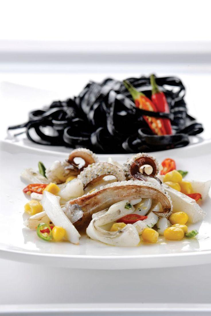 Pasta met krokant gebakken inktvis http://www.njam.tv/recepten/pasta-met-krokant-gebakken-inktvis