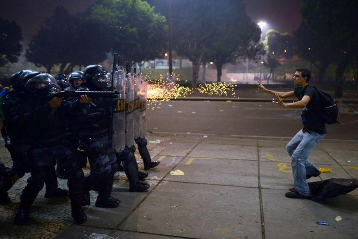 © CHRISTOPHE SIMON/AFP www.habitat-pictures.fr  Le Brésil en proie aux plus grandes manifestations des 20 dernières années. Incidents violents à Rio où ont manifesté 300.000 personnes le 20 juin 2013. Les policiers ont riposté par des tirs de gaz lacrymogènes et de balles en caoutchouc sur les manifestants (CHINA INTERNATIONAL PRESS PHOTO (CHIPP), GENERAL NEWS SINGLES CATEGORY 2014)