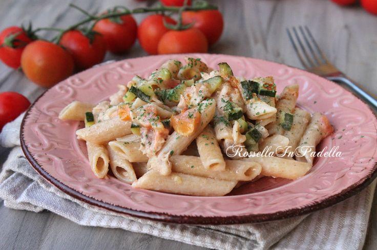 pasta con salmone, zucchine e philadelphia. Un primo piatto facile e gustoso…