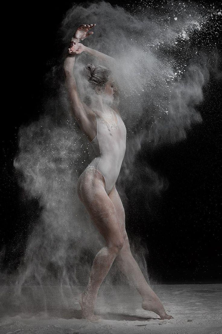 Hoy les presentamos el trabajo del talentoso fotógrafo ruso Alexander Yakovlev, quien logra capturar espectaculares retratos explosivos de bailarines de danza profesionales, mediante la adición de elementos dinámicos como la harina.