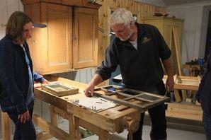 Trearbeid og glass. Restaurere gamle vindauge og gje eit gamalt hus eit nytt liv! På dette kurs lærar du å gjøre det selv.  Learn to restore old windows at this summer course in Rauland, Norway.