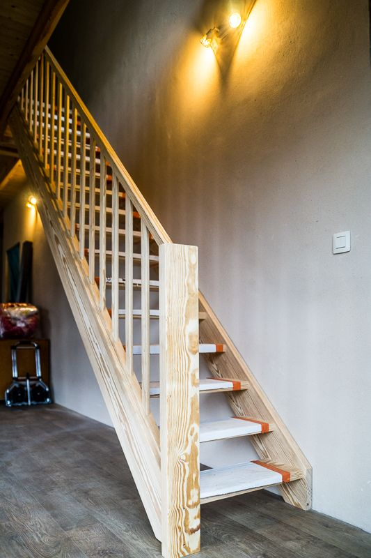 Simpele open houten trap.