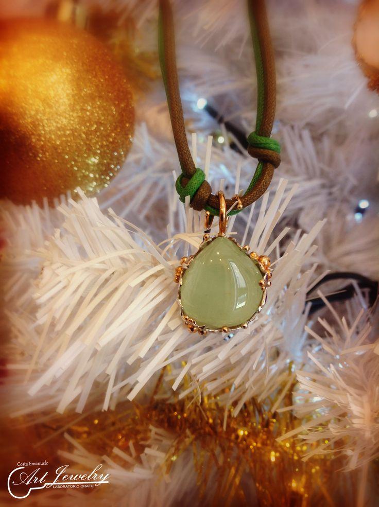 Ciondolo realizzato in oro bianco e oro rosa. Impreziosito da una prehnite. #gold #prehnite #jewels #artjewelry https://www.facebook.com/gioiellicosta/ https://www.instagram.com/costaemanuele_artjewelry/  Photo: Noemi Barolo