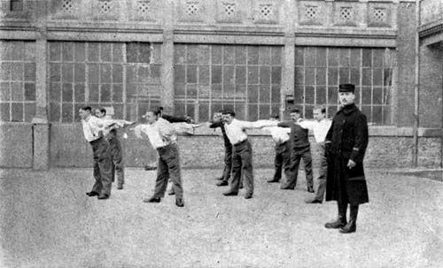 Gymnastique pédagogique. L'hôpital Anglo-Belge à Rouen. Photo tirée du livre du Dr A. Deltenre, imp. de l'institut Militaire Belge de Rééducation Professionnelle, Port-Villez 1916. Médecins de la Grande Guerre.