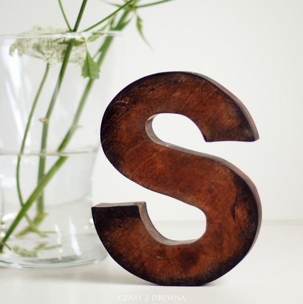 Litera S wykonana z drewna brzozowego. Stojąca
