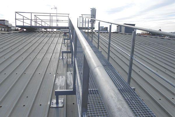 Barandillas de acero galvanizado en la azotea del Centro Comercial La Bretxa de Donostia-San Sebastián, ubicado en la Parte Vieja.