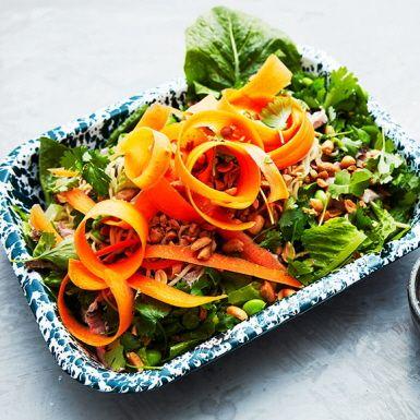 En matig och välsmakande sallad med äggnudlar, gröna sojabönor och mör fläskkarré bakad med vitlök, ingefära och citrongräs. Jordnötter, färsk koriander och en dressing på japansk soja och risvinäger förstärker den asiatiska kryddningen. Mumsigt värre!