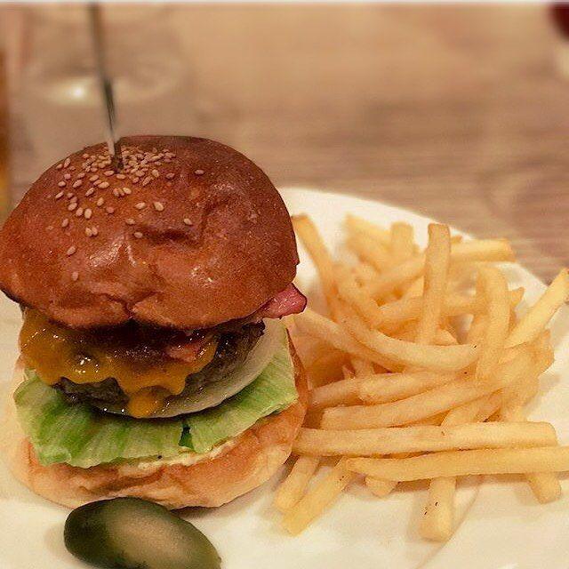 お客様シリーズ♪ 美味しそうに撮って頂き、ありがとうございます!!! こちらは大人気のベーコンチーズバーガー☺︎ 本日もSNATCH's LUNCH宜しくお願い致します♪ #ランチ  #lunch  #五反田ランチ #gotandalunch #ハンバーガー  #hamburger  #五反田ハンバーガー  #gotandahamburger  #BarSnatch #バースナッチ #スナッチ #SNATCH #snatch #bar #バー #隠れ家 #五反田 #gotanda  #スクリーン #プロジェクター #モニター #貸切 #肉 #つくね  #バル #サンド #sandwiches #サンドイッチ #sandwich #グルメバーガー