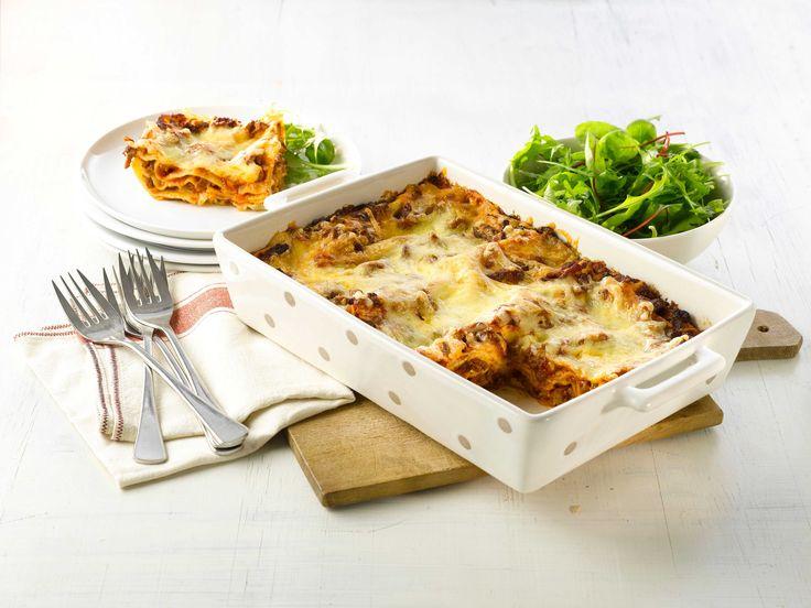 Hjemmelaget lasagne er en sikker vinner på middagsbordet både til hverdag og når du får gjester. Her en en klassisk oppskrift på saftig lasagne med kjøttdeig. Server gjerne med en frisk salat til.
