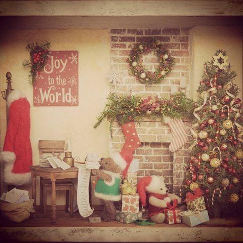 #miniature#handmade#christmas#teddybear#ミニチュア#クリスマス#ハンドメイド Done✨ 完成しました!よく働くベアたちです。サンタさんちでバイト中。肝心のサンタさんはベランダ一服しにいきました。上着着ないと寒いのに。