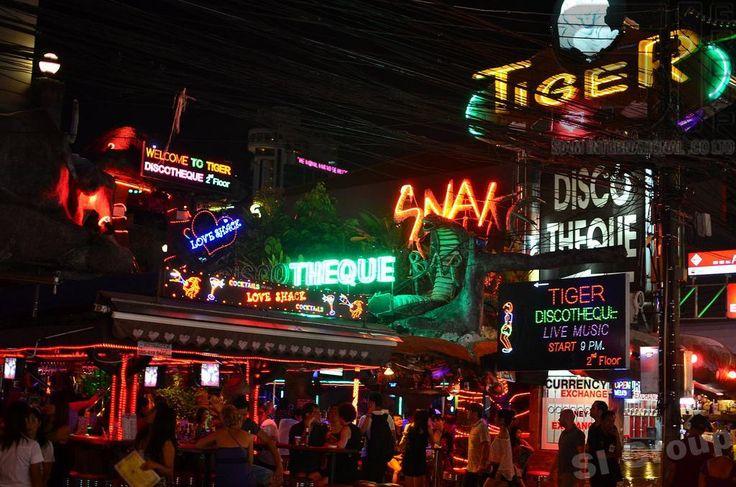 Пхукет — Патонг http://phuket.thai-sale.com/phuket-patong/  Пхукет - Патонг. Пхукет Патонг. Столица вечеринок Азии – это Патонг, который раскинулся по всему западному побережью Пхукета. Туристы всего мира едут туда за развлечениями и отдыхом от работы. Патонг еще называют «маленькая Паттайя». А начиналось все совсем не так, как себя рекомендует западное побережье Пхукета. На месте Патонга когда-то была целая плантация банановых деревьев. Вокруг плантации выросла небольшая рыбацкая деревня. И…