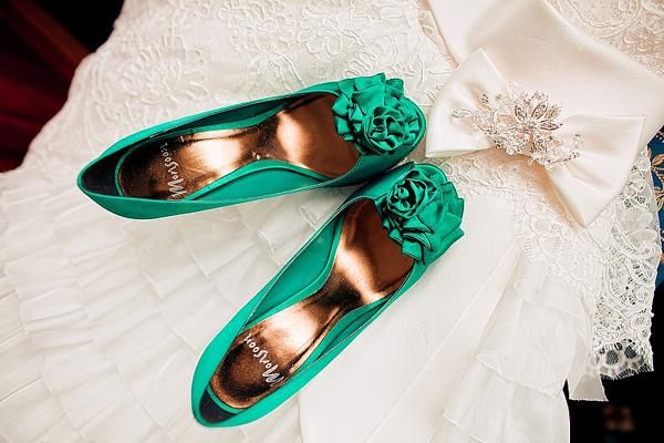 Яркие свадебные туфли