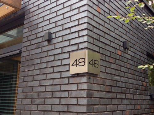 Nummerbord 48 met hoek van 90 graden van 200x400mm uit 3mm geborsteld RVS met draadeinden