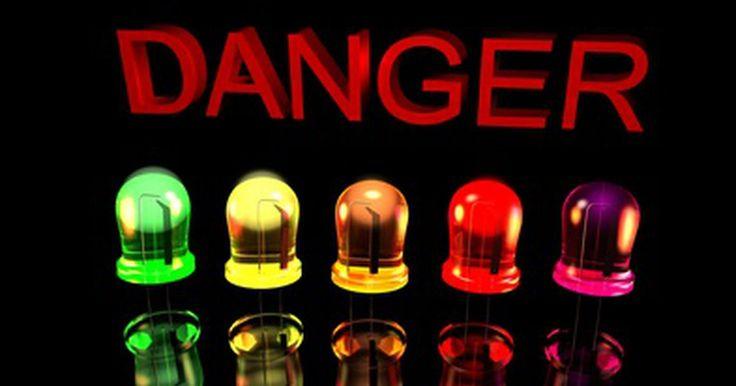 ¿Las luces LED emiten UV?. Los diodos emisores de luz de las lámparas utilizan un material semiconductor para convertir la electricidad en luz visible. A diferencia de otros tipos de iluminación como las lámparas fluorescentes, las LED no emiten luz ultravioleta.