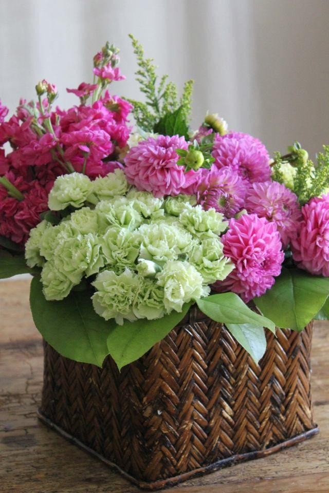 décoration florale pour Pâques - bouquet d'œillets et chrysanthèmes en rose et blanc dans un panier